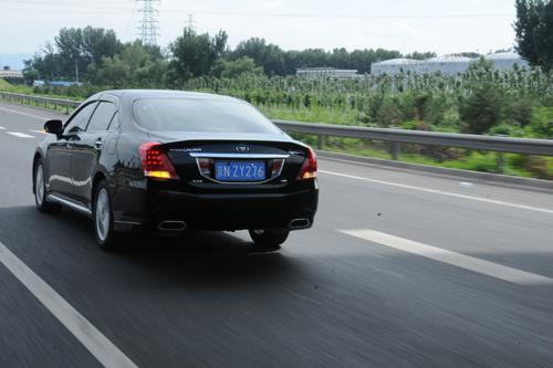 凤凰网汽车试驾新皇冠 舒适与操控的矛盾体(8)