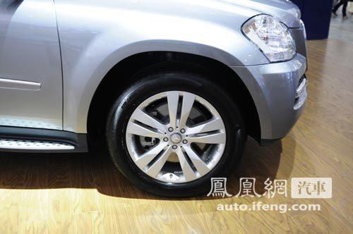 奔驰改款GL亮相广州车展 前雾灯/外后视镜改变