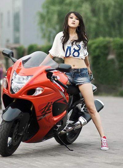 可爱女孩代言摩托车