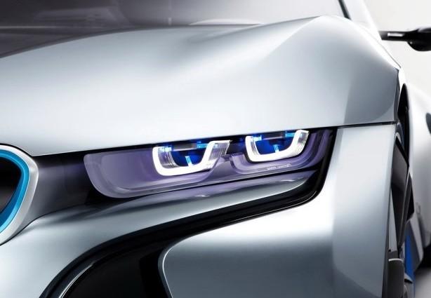 """相比于奥迪的OLED车灯及激光雾灯技术(点击查看相关文章),宝马的激光大灯看起来距离量产更近一些,宝马在i8概念车上已经展示过全新的激光大灯,并表示会将激光大灯投入量产。   激光大灯的光源激光二极管(Laser diode)与发光二极管(LED)几乎诞生于同一时代,虽然激光二极管的大规模商业化应用要比LED稍晚些,但是其应用范围更加广泛,在测量、电子、通信、医学、加工等行业都有激光二极管的身影。   既然被宝马指定为""""LED大灯""""的替代者,激光大灯理所应当要比LED大灯更"""
