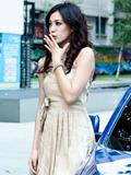 短裙车模肤白貌美 曲线玲珑