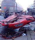 """小车被砸成""""一张纸"""" 严重车祸"""