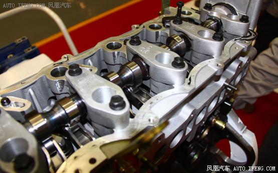 拆解后的发动机缸体结构
