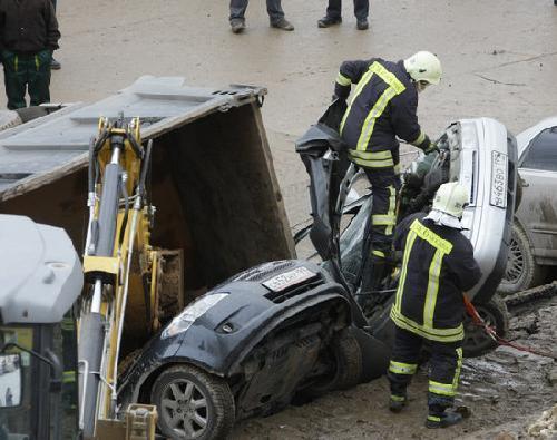 莫斯科路面下陷四辆汽车掉进大坑