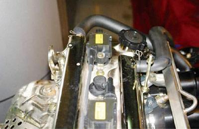 该车采用双火花线圈分组独立点火系统(图2)