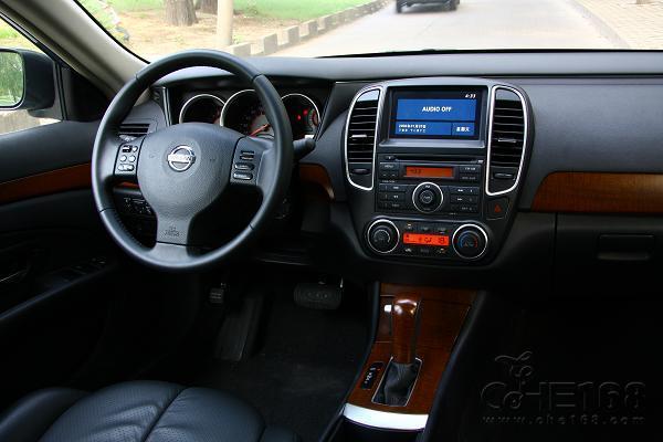 拥有倒车影像功能无疑对安全性有提供了一些保障,不过在新轩逸中,这些配置算是选装件,如果需要就要支付一定的费用。 经过改款之后,新轩逸相比老款车型更具沉稳与大气,外形更具活力,而且12.48-16.78万的价格区间也还算合适,不过由于产能问题,新轩逸在市场上的现车数量很少,而且基本没有什么优惠,这就造成了它与同级车型中价格方面的劣势,不过,如果从家用购车角度来看,它的空间及配置能够完全满足一般家庭的需求,再加上它在2.