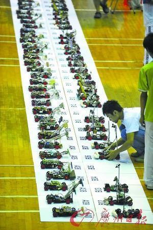 参赛者在遥控无人驾驶智能汽车.海国摄高清图片