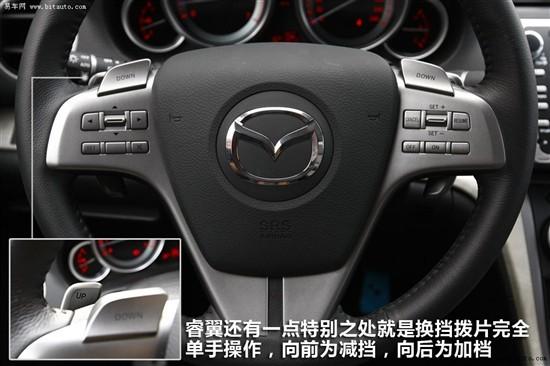 """方便性: 运动性: 多功能性: 马自达6睿翼应该说是日系车中难得一款以运动为主打的车型,多功能方向盘除了常见的功能还配备外了换挡拨片,这点正好和其运动身份完美统一,并且你单手就可完成加减档的操作,这也是同级别车中独一无二的。而细致到连空调都可以控制,这样的方向盘当之无愧成为""""最强方向盘""""。"""