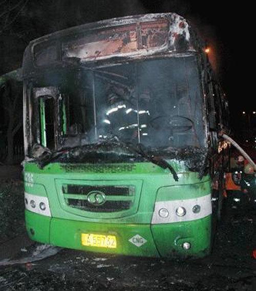 成都一辆536路公交车燃烧(组图)(2)