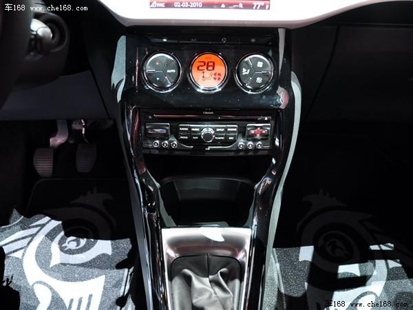 记得参加雪铁龙C5[综述 图片 论坛]发布会时,PSA集团的高层曾经说过雪铁龙品牌重回高端定位的决心。而这不仅仅是雪铁龙在中国市场的目标,也是一个全球性的计划。其中DS系列车型自然成了推广的重点,进入DS3的车内,能够感觉到设计师对于色彩搭配的重视。中控台仪表、座椅、挡板都可根据购买者需求定制的颜色,而如果您不想自己搭配内饰,那么DS3也会提供7种个性化的内饰配色方案,能够迎合不同趋势和生活方式用户的需求,镀铬装饰的炮桶式仪表盘做工精致。中控台设计的简洁大方,没有复杂的按钮布局。空调的全部功能被集中在三个