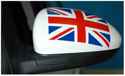 """观后镜背面喷涂了""""米""""字型的英国国旗"""