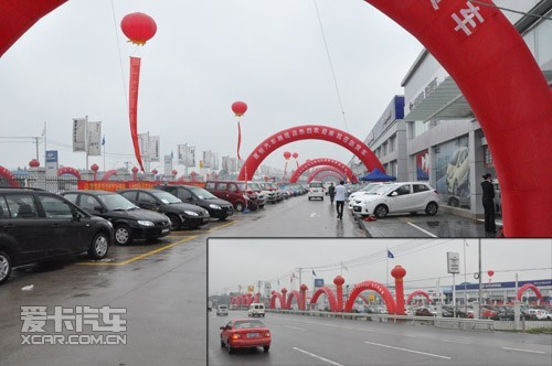 展场上,红色的热气球,拱门,气柱,条幅组成一道靓丽的风景线,整个建银