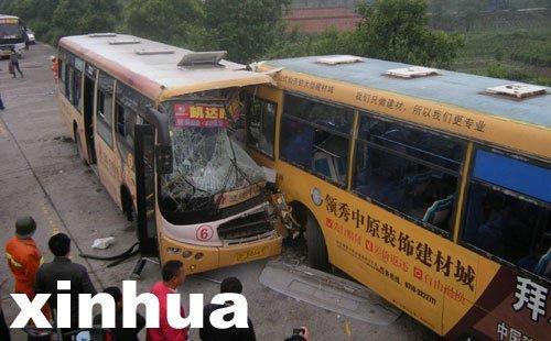 湖北襄樊两辆公交车相撞 70余人受伤
