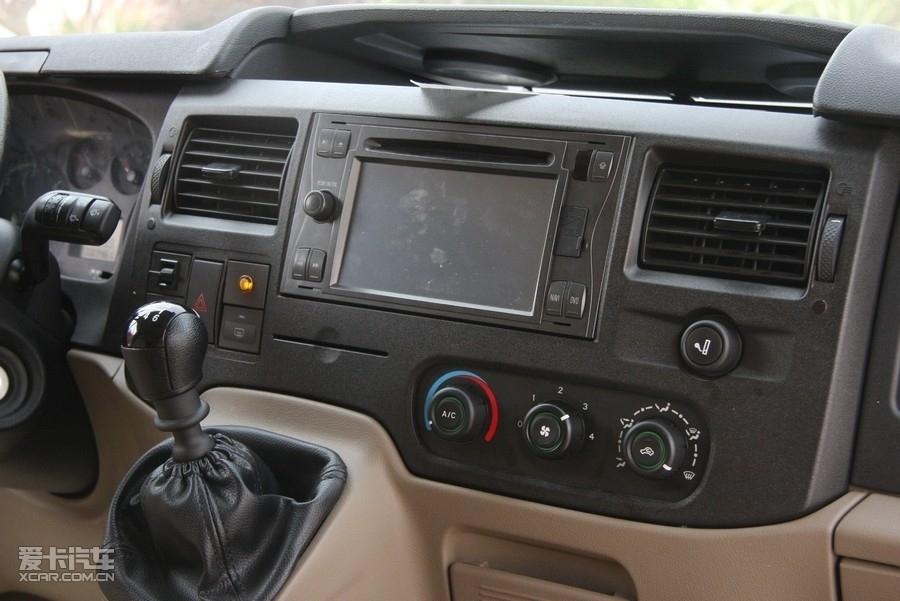 全顺由江铃汽车提供2年或5万公里的质保服务,以先到为准!首次的保养时间在3000公里(首保免费),日常的保养周期在5000公里每次,根据保养的科目不同,费用在400-500元。 全顺大连行情走势: 全顺是一台比较符台中国现有道路条件的商务车。虽然外型不好看,但人们已经习惯于普通面包车的外形,也正是全顺车的前伸式车头给驾驶员带来了更大的空间感。全顺较明显的缺点是高速行驶时后排有些颠簸,如果长途旅行想美美的睡上一觉,最好抢占前排座位。其次是发动机的动力略感不足,车内空间比较理想,如果能够配备动力更大的发动机,