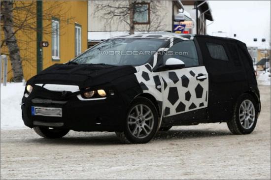 本报讯 (记者黄菲菲)近日,通用发布了雪佛兰新一代Aveo的量产版图片,新车将在的巴黎车展正式亮相,并于2011年夏季在欧洲市场上市。几乎同时,该车在国内的路试谍照也已曝光,因此可以推测,国内版本的新一代Aveo将有可能与欧洲市场同步上市。 从通用提供的官方图片来看,新一代Aveo延续了此前AVEO-RS概念车的设计风格。不过量产版的前脸造型有很大的改动,隔栅采用六边形造型,大灯也采用了新的样式。由于底盘宽度和长度的增加,新车更长、更宽,内部空间更为宽敞。而隐藏式后门把手和轮拱外扩-车身内缩的独特造