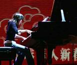 钢琴家现场弹奏聚精会神