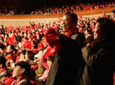 观众热情挥舞红色丝巾