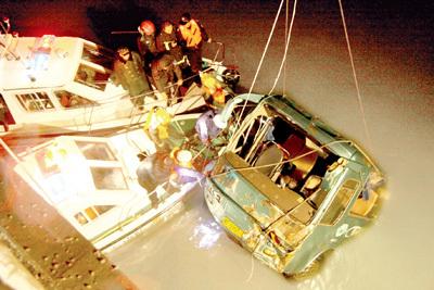 威海坠海客车确认13人遇难