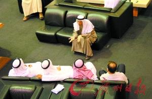 迪拜街头:奔驰路虎弃机场 劳力士7折甩卖\(图\)