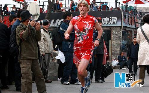 """组图:北京后海出现大批""""吊裙男"""""""