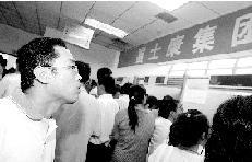 郑州求职者排1公里队应聘富士康 答70道心理题