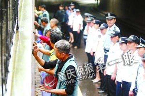 """重庆治理乱涂画抓117人 嫌疑人清理自己""""杰作""""(组图)"""