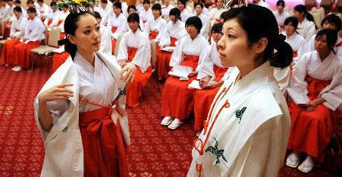 能左右政治的日本貌美巫女(组图)