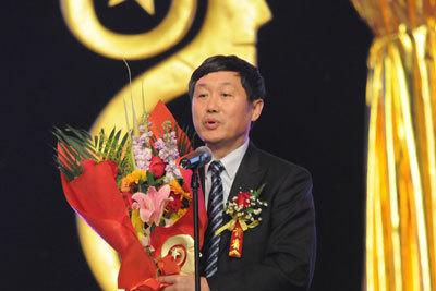 北京产权交易所董事长熊焰领奖