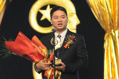 京东商城董事局主席兼CEO刘强东领奖
