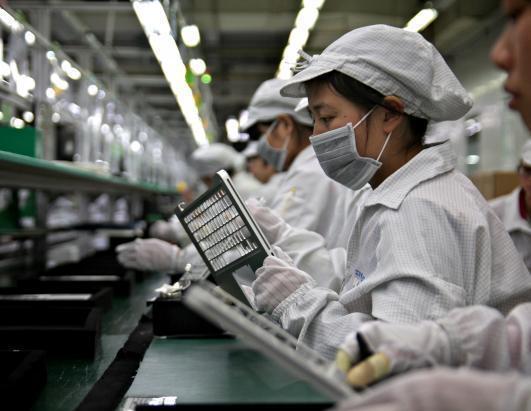 """富士康一天:机器人女声不间断说""""好"""" 工人沉默工作"""