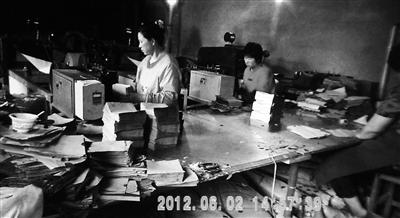 媒体曝山东烟台红富士苹果套农药袋长大(图)