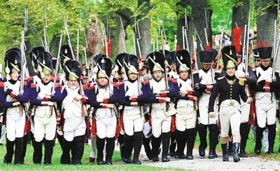 拿破仑迷再现战争历史场景