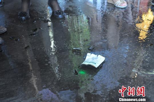北京高富帅天价拍得红酒 当场砸碎以示支持国货