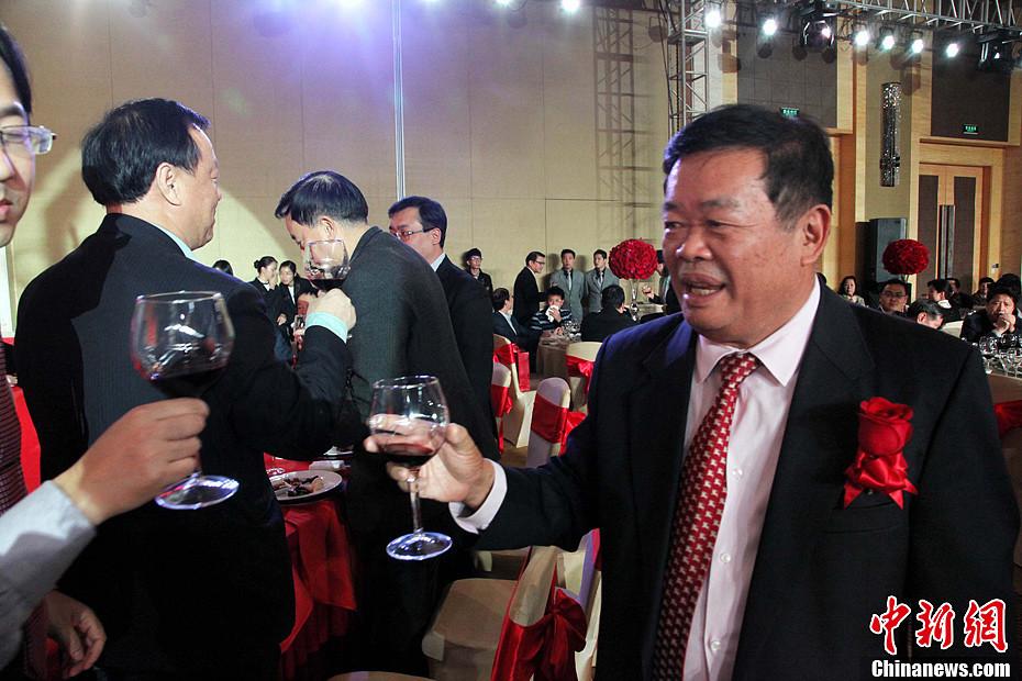 福耀玻璃董事长老婆_中国首善福耀玻璃集团董事长二儿子完婚组图