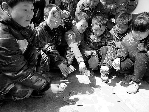 孩子们往地上挤奶。