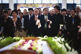 4月26日,佛山三水殡仪馆,李宁(前排中)在李经纬遗体告别仪式上双手合十,眼泛泪花。图/记者蒋丽梅