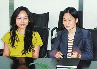 图为刘畅(左)、陈春花出席新希望年度股东大会。