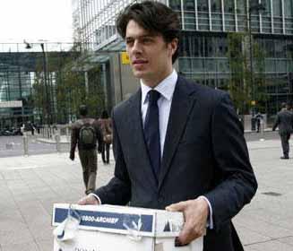 雷曼员工带着私人物品离开雷曼投行办公室图片