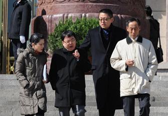 朱镕基之女与经济学者边走边聊