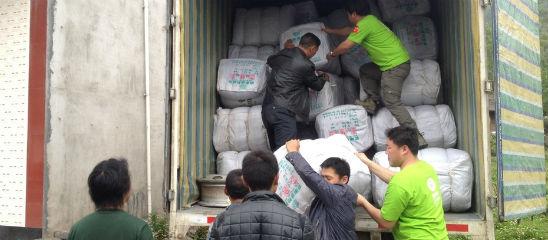 实拍:慈善机构如何在灾区发放物资