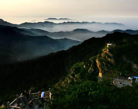 站在这湘中第一峰上远眺,山势雄奇,绵绵延延,又有魏源湖与木瓜山水库