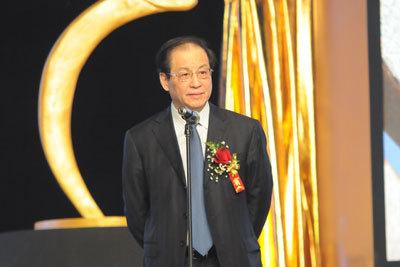 刘明康称很享受退休后生活 整理绘画作品享天伦之乐