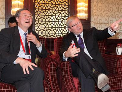 陆克文/中国央行行长周小川和澳大利亚外长。(图片来源:凤凰网财经)