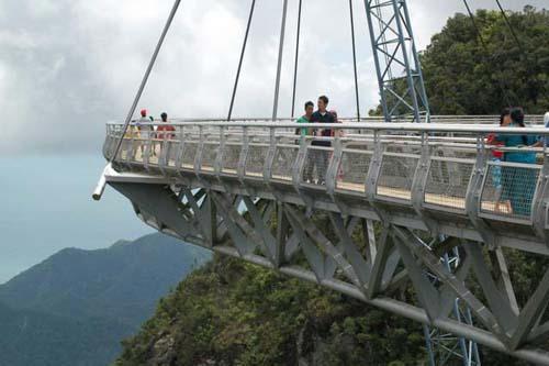 桥形呈圆弧状,主体由钢材料构成.