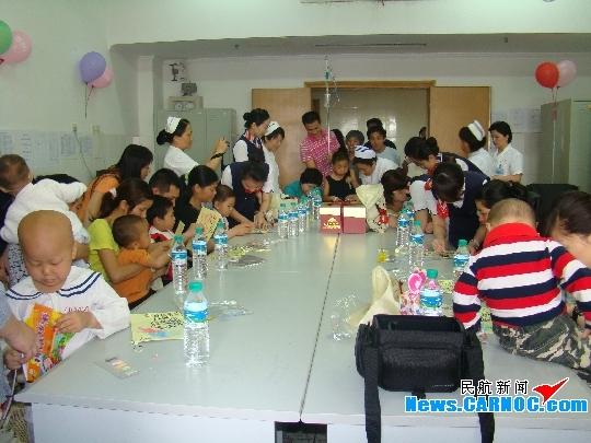 手把手的教孩子们折小星星和千纸鹤,以此来祝福和祈祷着他们早日康复.