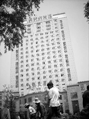 李刚/当地标志性建筑舞钢大酒店