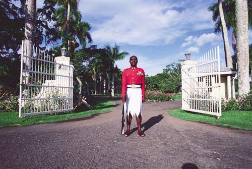 白色岛国斐济:男人穿裙子是街头一景