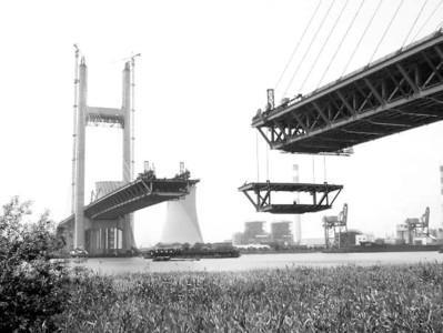 钢结构将采用整体节段全焊连接方式进行合龙,这在世界同类型桥梁建设