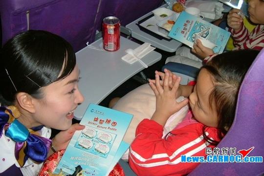 飞机上的安全注意事项后,两位责任乘务员一边给小朋友们分发机上儿童