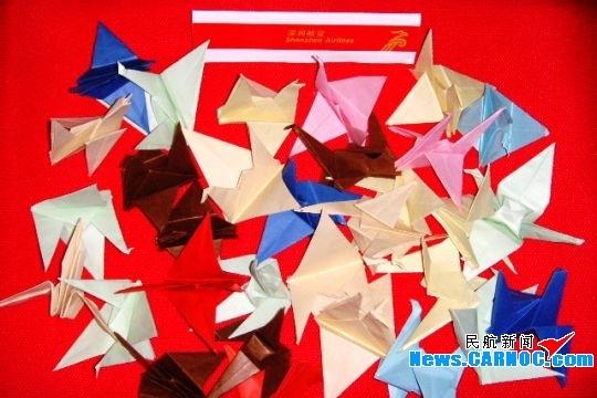 制作的千纸鹤作为本次航班的小小纪念品,送给这位空中偶遇的人民教师
